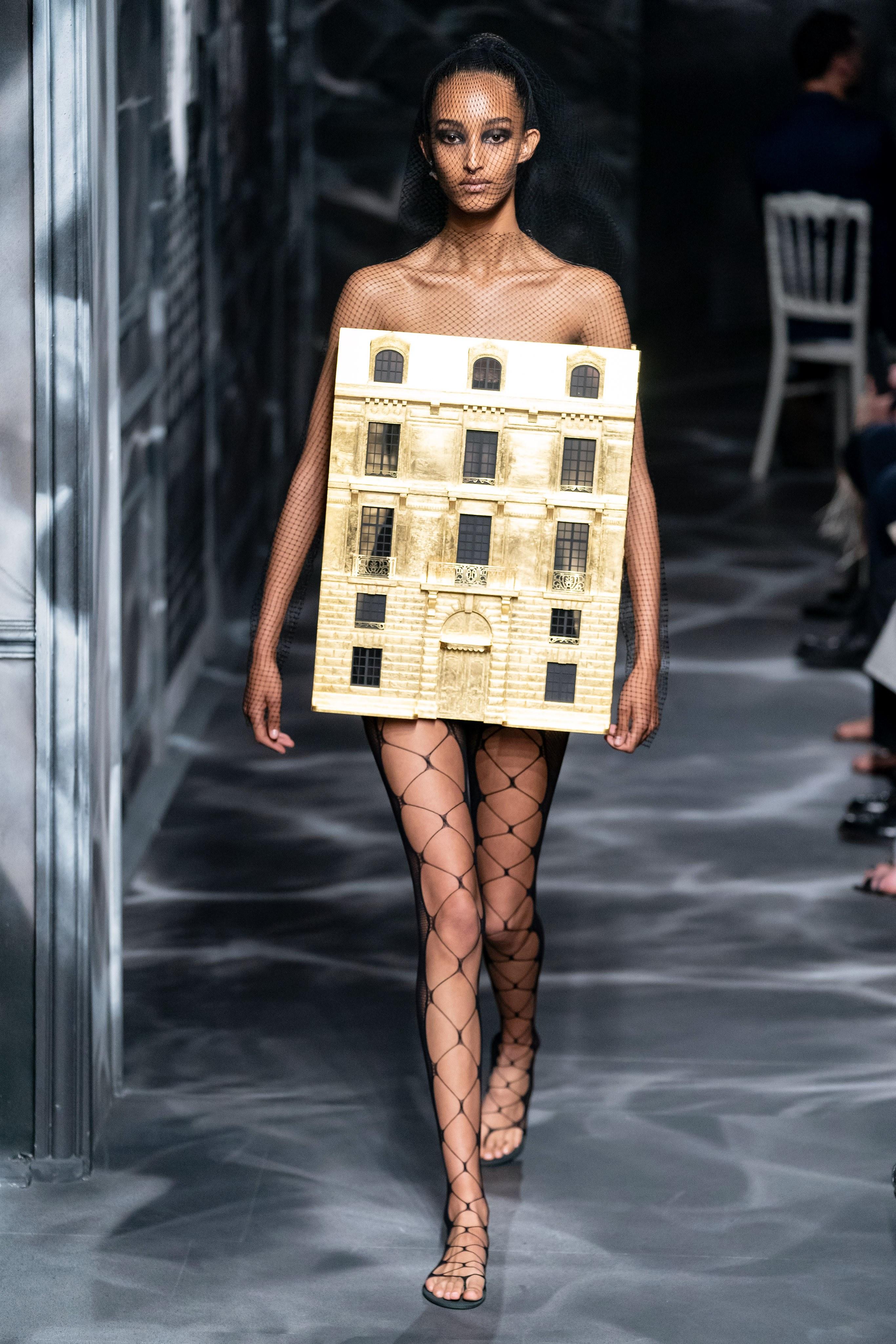 váy mô phòng tòa nhà số 30 - Dior Haute Couture 2019