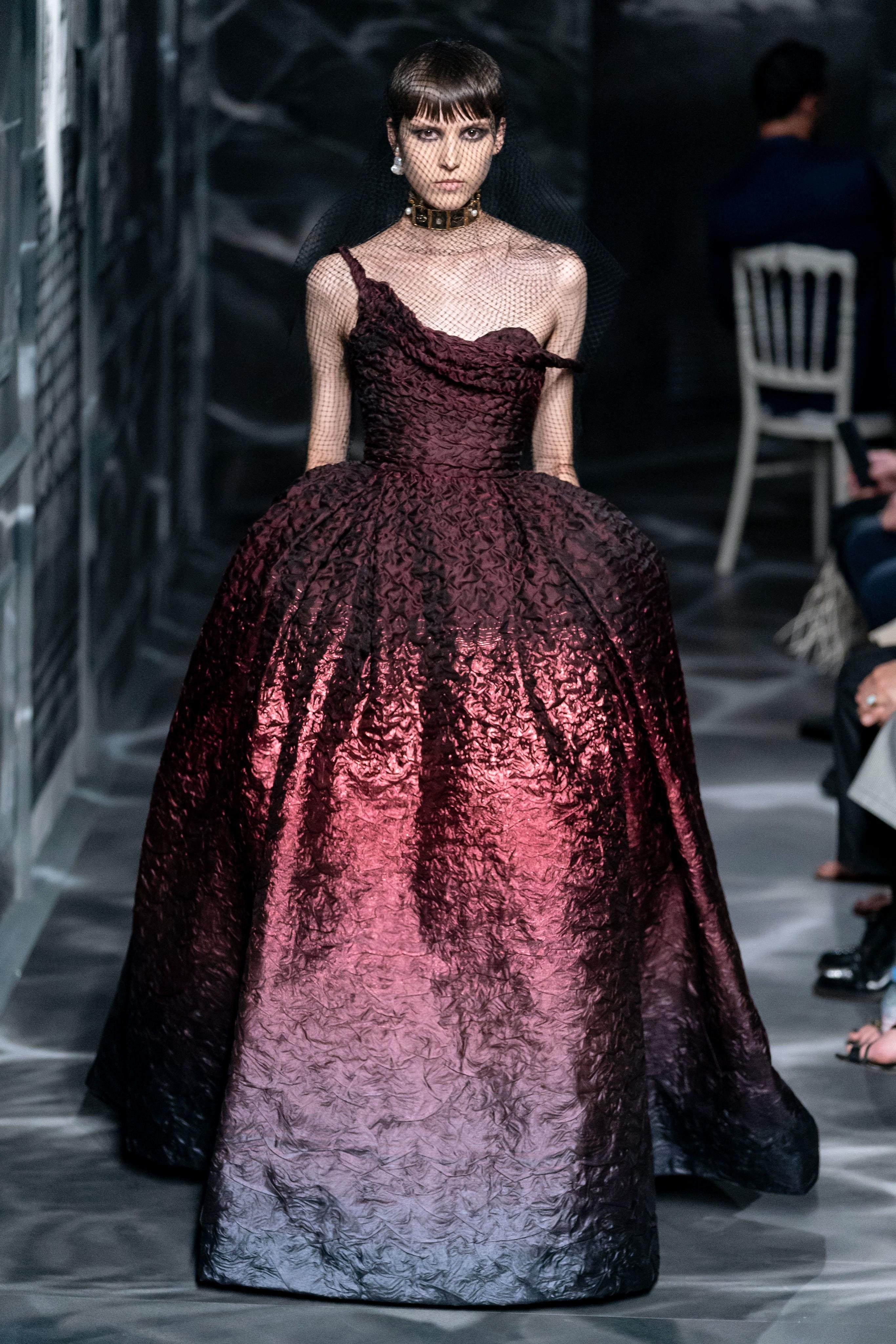 đầm dự tiệc màu đỏ bộ sưu tập Dior Haute Couture Thu 2019