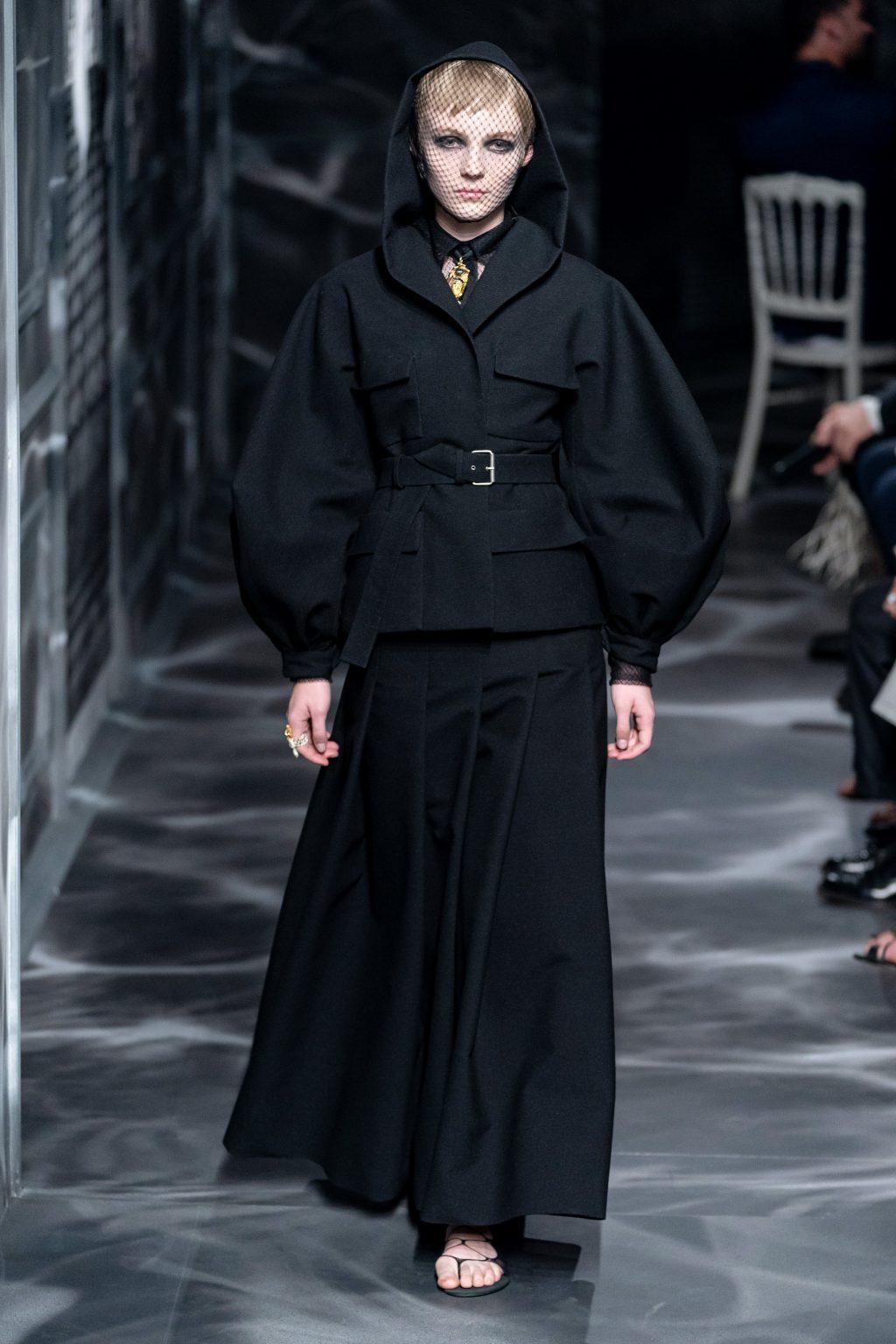 áo choàng có mũ và chân váy xòe bộ sưu tập Dior Haute Couture Thu 2019