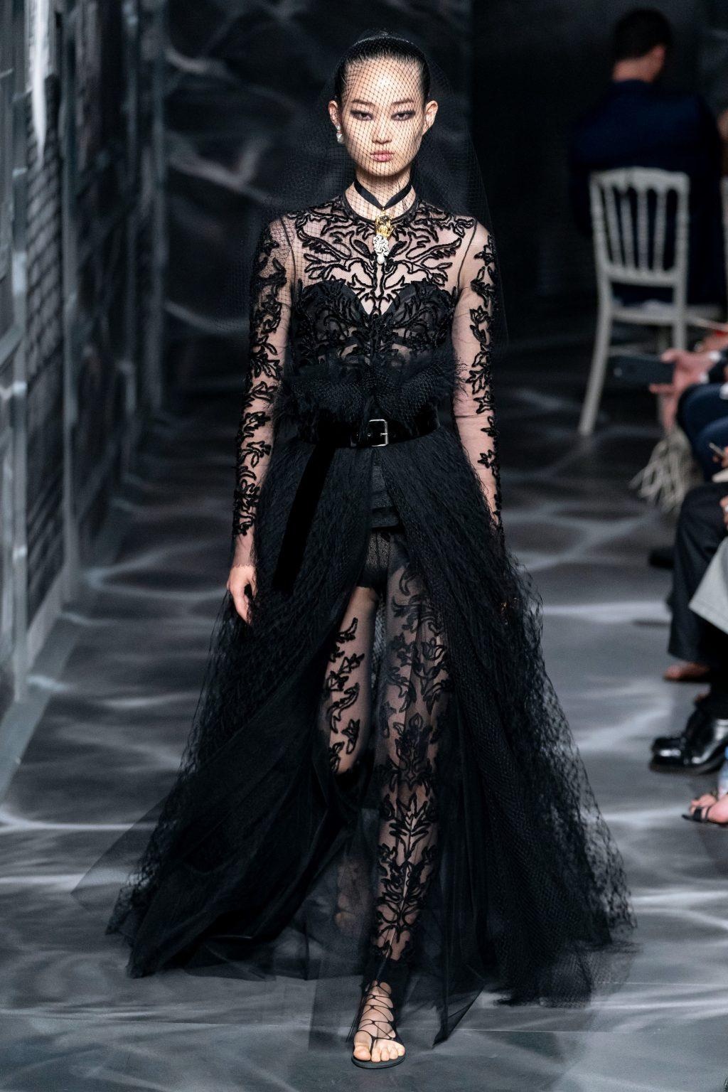 đầm ren thêu màu đen trong bộ sưu tập Dior Haute Couture Thu 2019