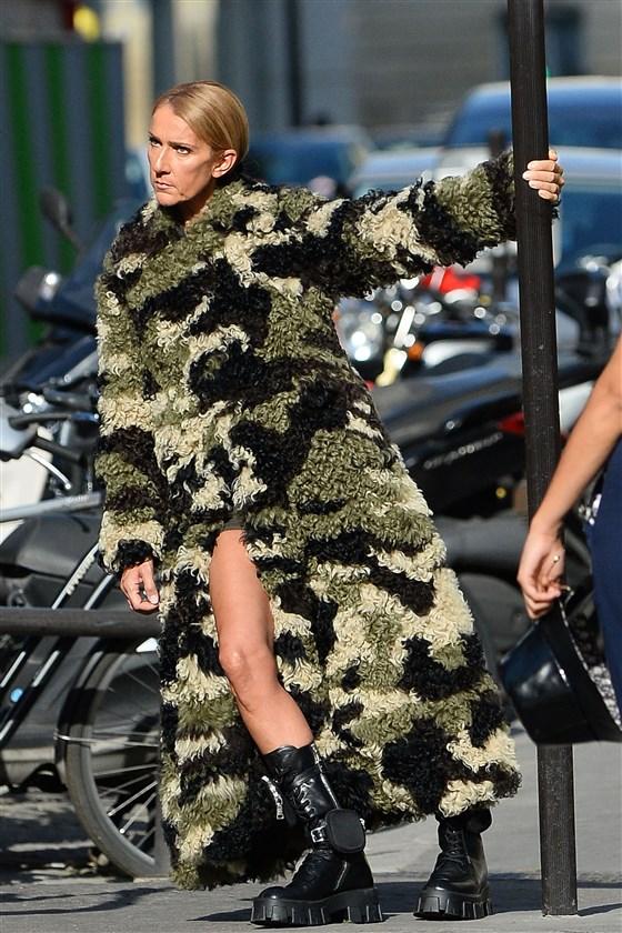 Celine Dion trong trang phục rằn ri quân đội
