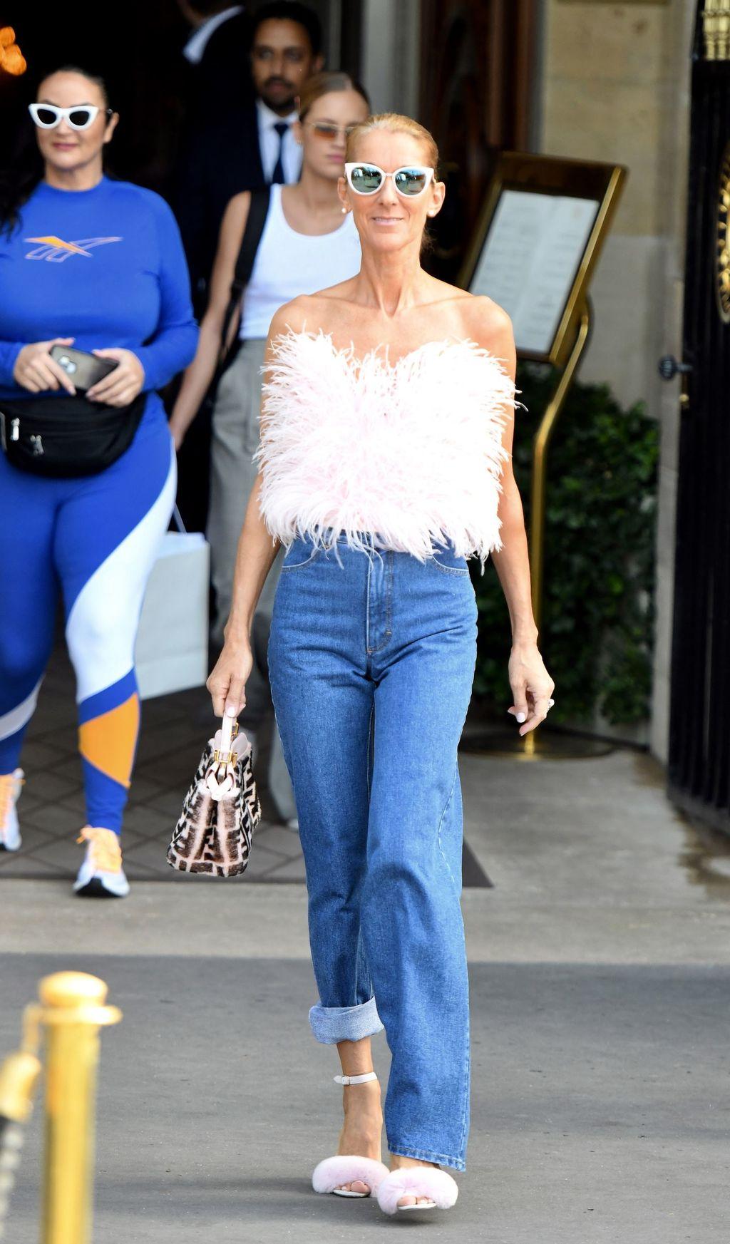Celine Dion với trang phục áo lông hồng và quần jeans không đối xứng tuần lễ thời trang Couture Paris