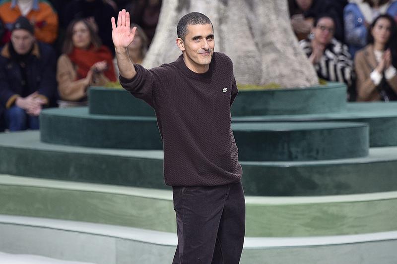 Ông Felipe Oliveira Baptista mặc bộ đồ màu đen trên sàn diễn thời trang
