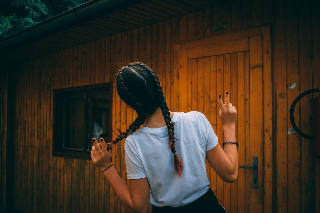 cô gái tết mái tóc dài