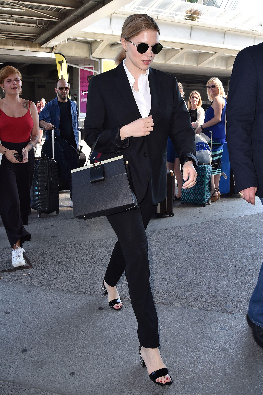 thời trang cung hoàng đạo cự giải của lea seydoux âu phục đen sơmi trắng