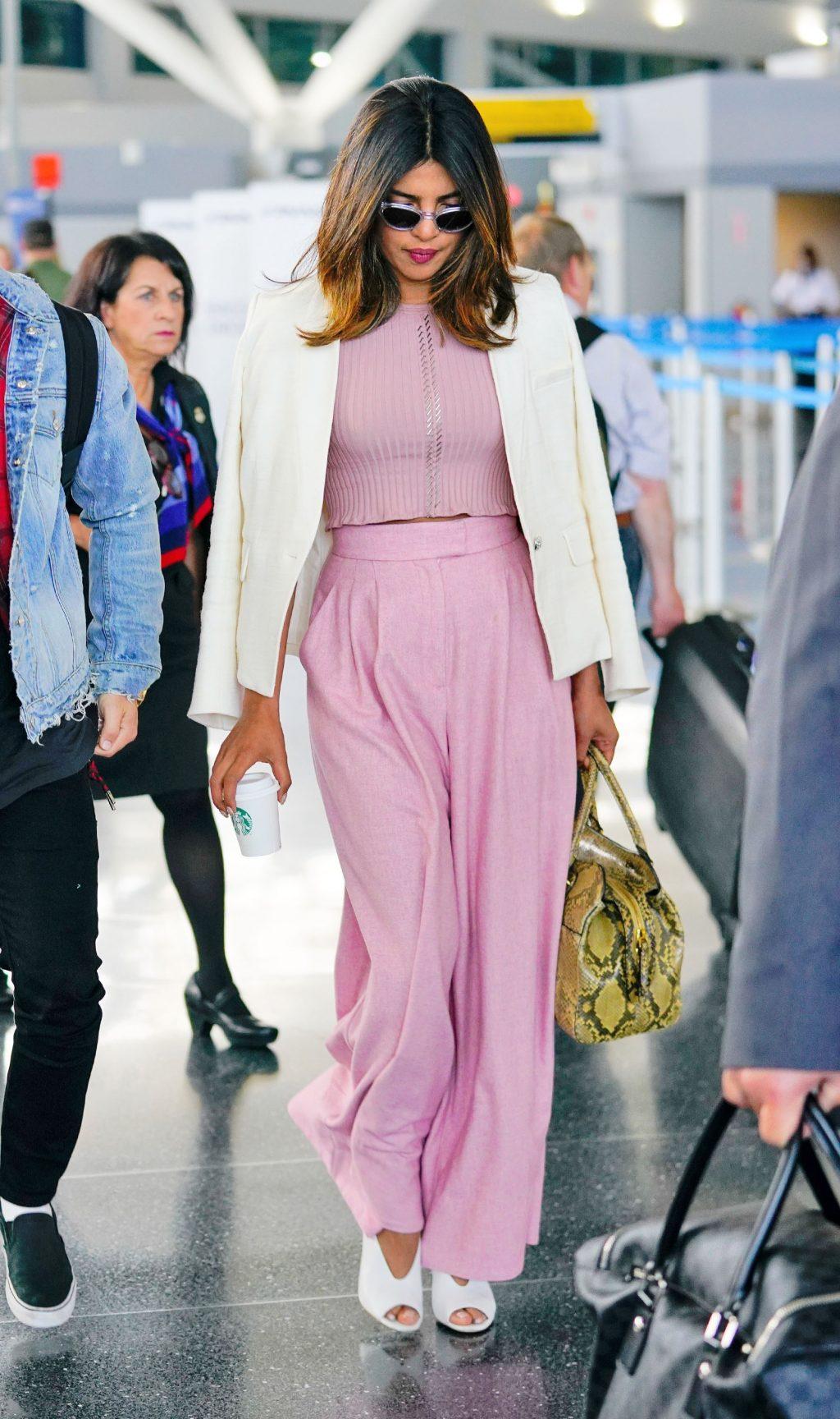 thời trang cung hoàng đạo cự giải của priyanka chopra crop top quần hồng