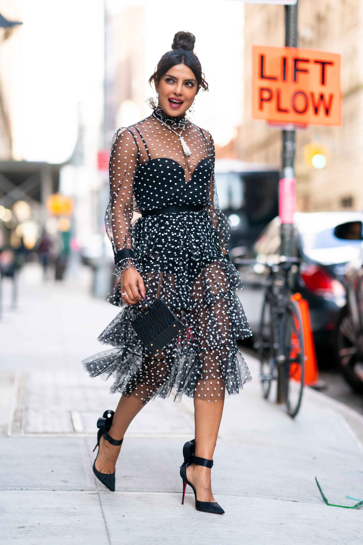 priyanka chopra đầm đen xếp tầng xuyên thấu túi xách mini giày cao gót