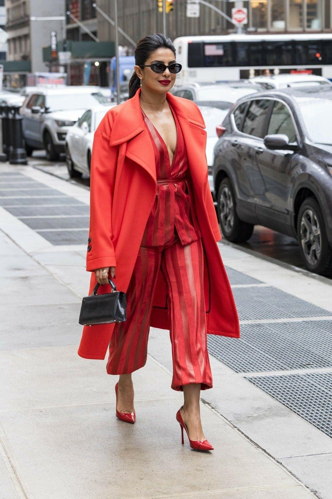 priyanka chopra mặc jumpsuit và áo choàng đỏ