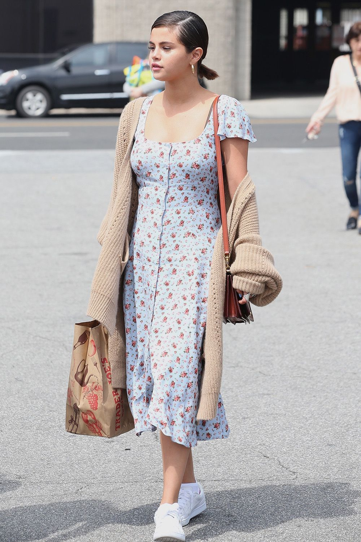 selena gomez mặc váy hoa và áo khoác cardigan màu be