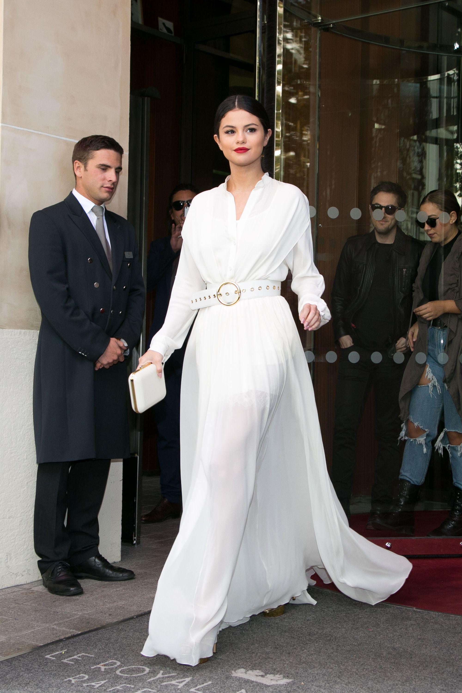 thời trang cung hoàng đạo cự giải - selena gomez mặc đầm sơmi trắng