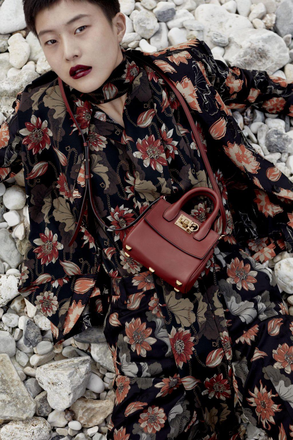 túi xách boxyz salvatore ferragamo màu đỏ váy hoa màu nâu