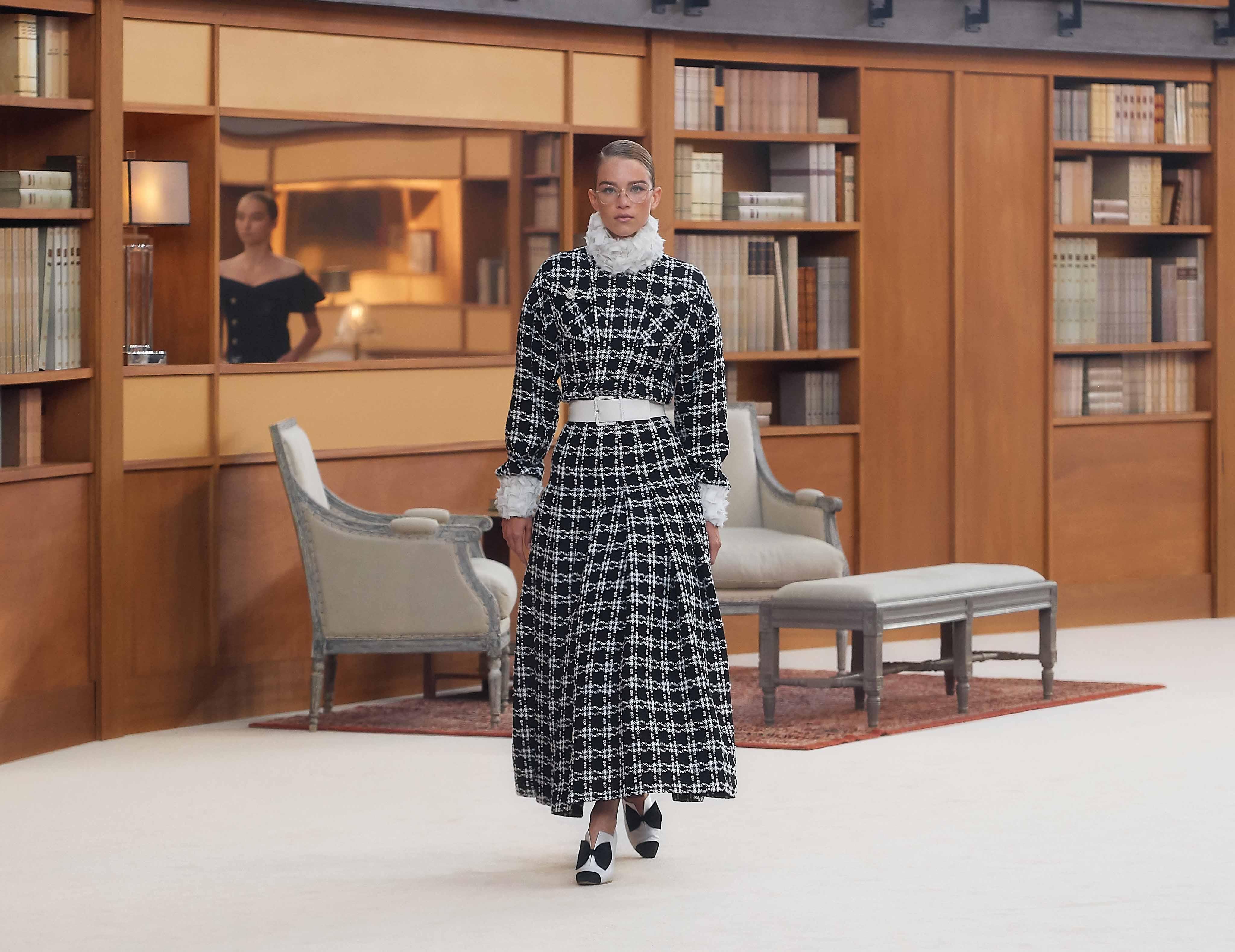 áo choàng dài kẻ ô đen trắng chanel haute couture aw 2019
