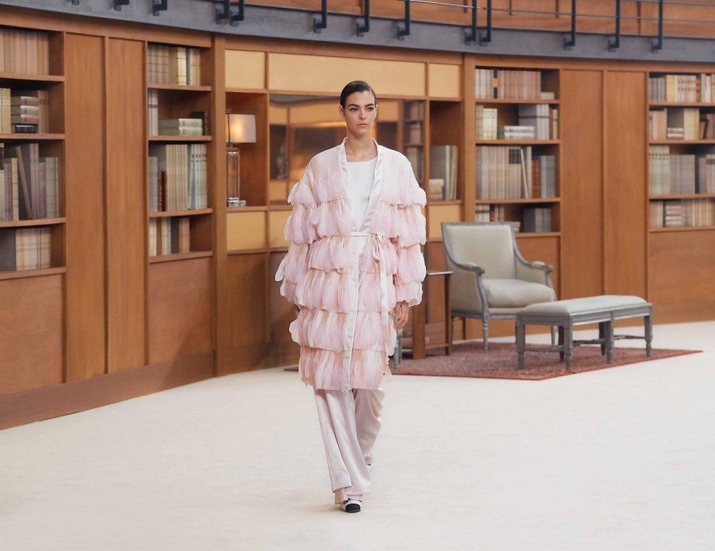 biến tấu đồ ngủ màu hồng pastel chanel haute couture aw 2019