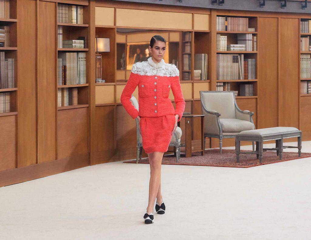 kaia gerber skirt suit màu cam chanel haute couture 2019