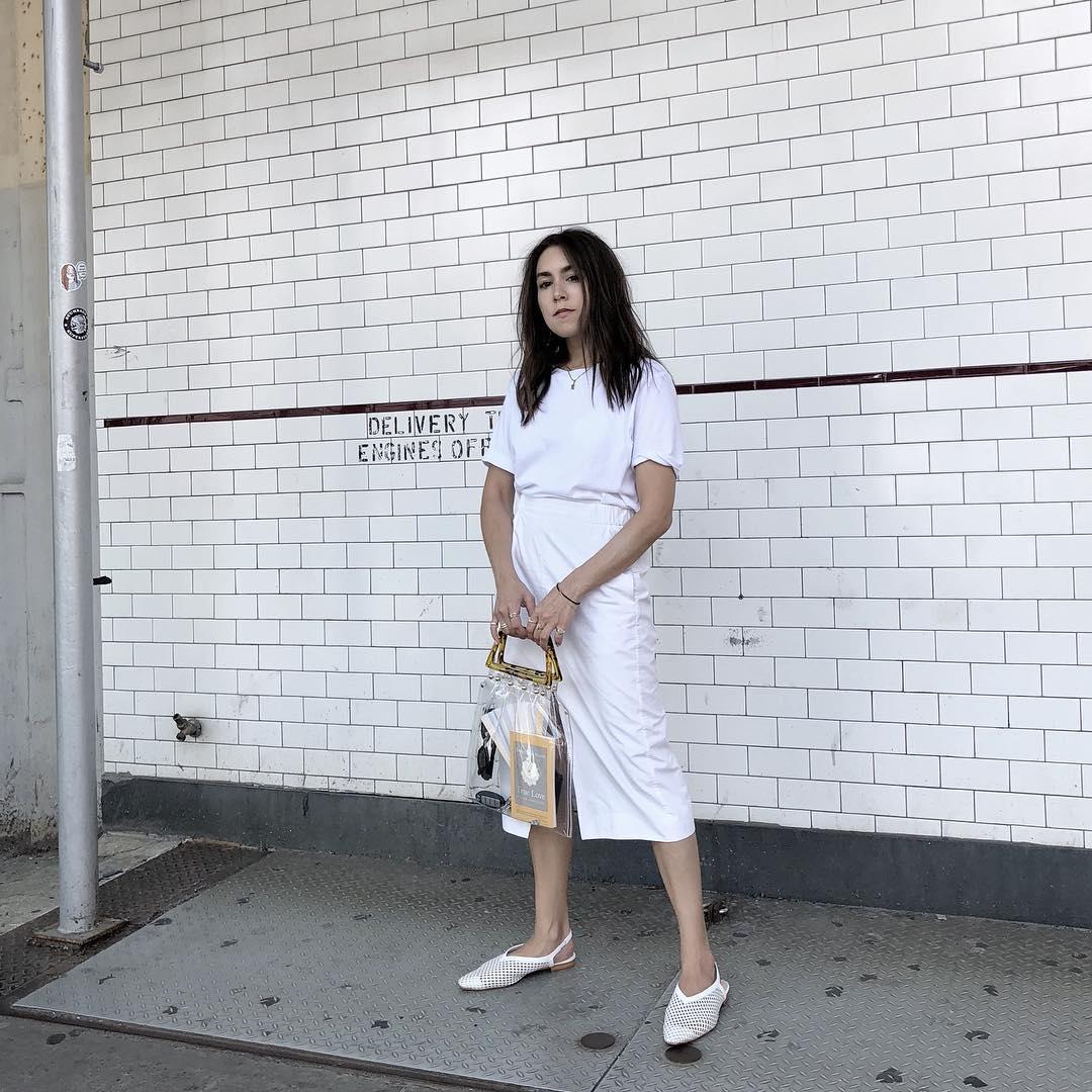 Lauren Caruso mặc bồ đồ màu trắng cùng túi xách trong suốt theo phong cách monochrome