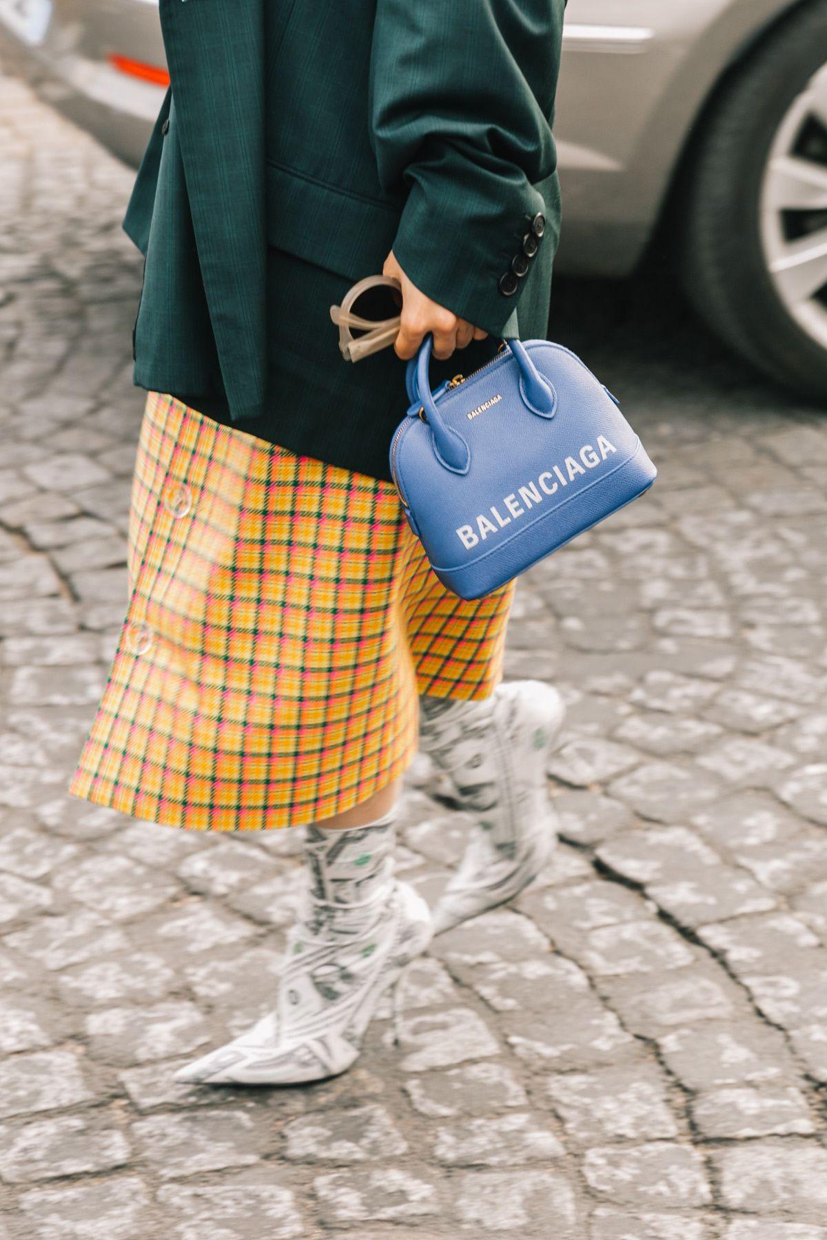 túi xách ville balenciaga balenciaga ville bag chân váy kẻ ô vàng street style tuần lễ thời trang
