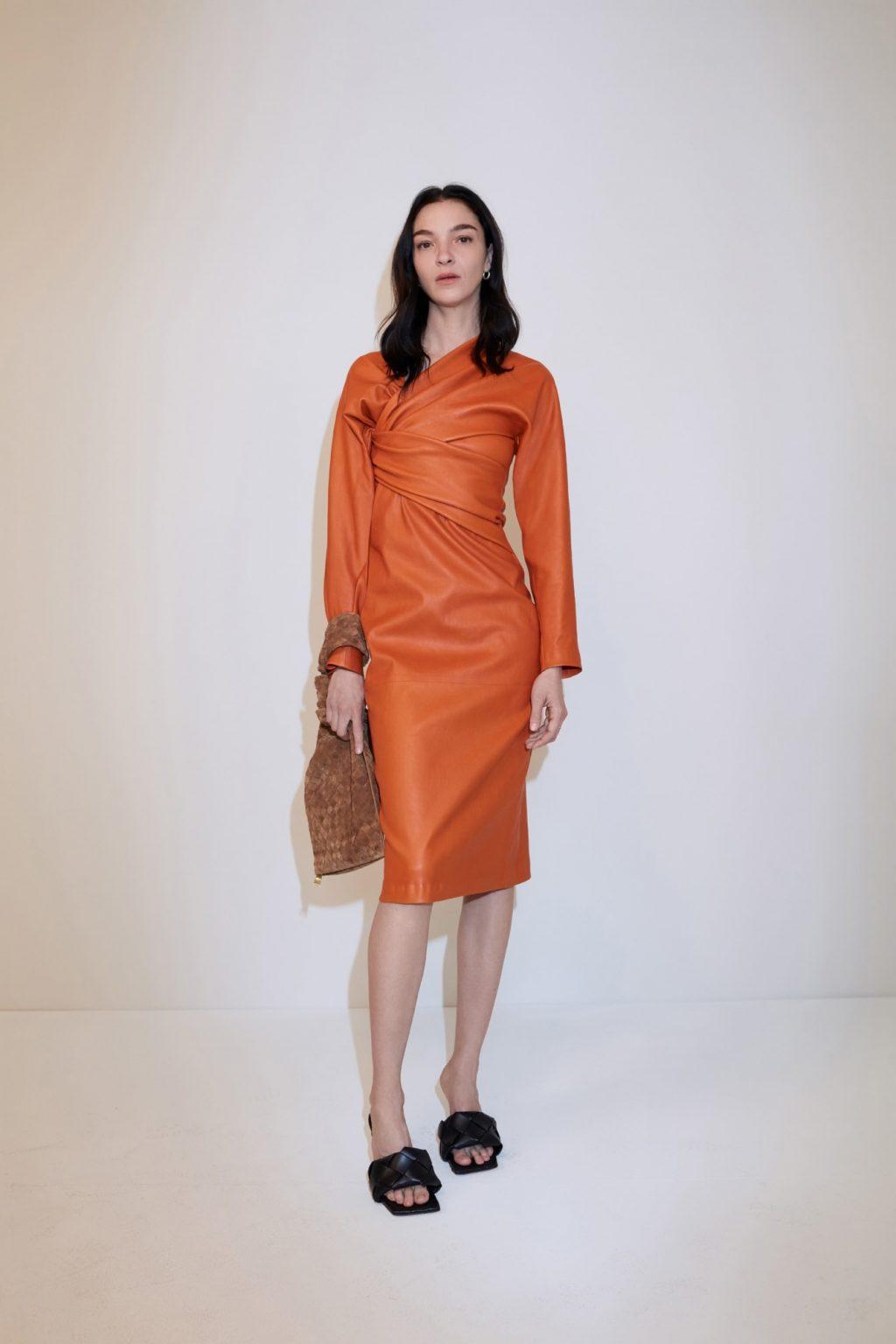 váy lụa màu cam tay dài trong bst bottega veneta cruise 2020