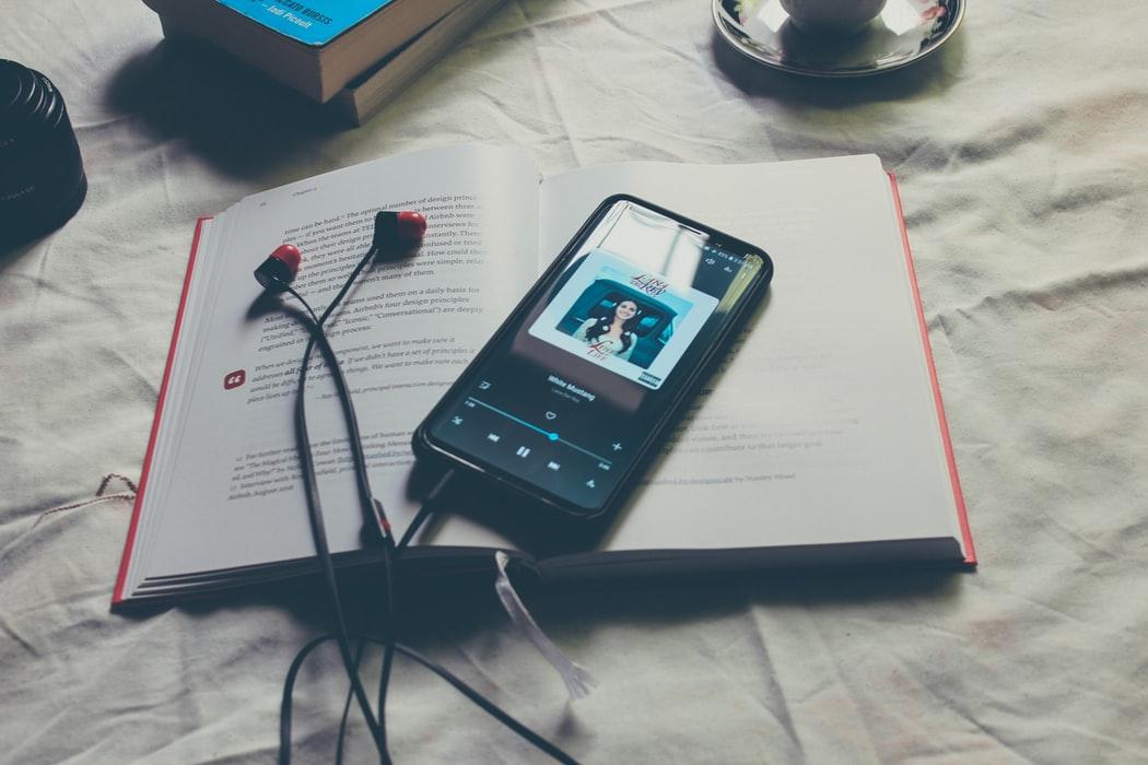 điện thoại đặt trên quyển sách