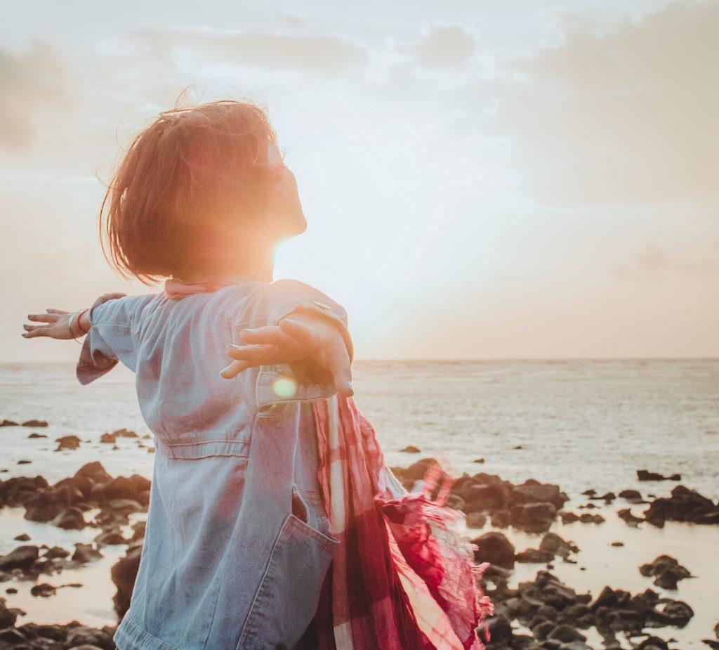 thiếu nữ quay mặt về mặt trời tận hưởng cuộc sống