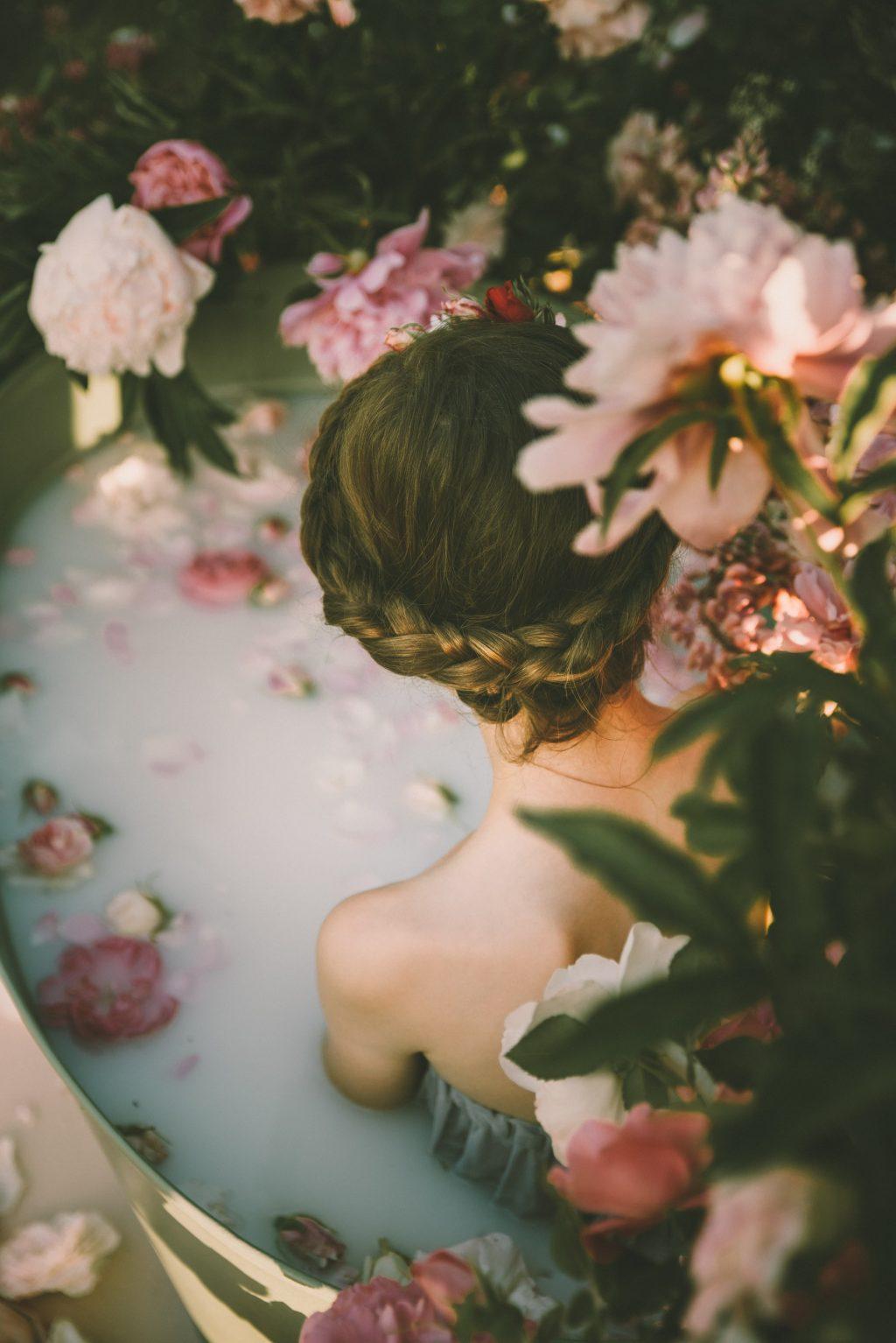thiếu nữ tắm bồn tắm hoa cho cuộc sống thư giãn