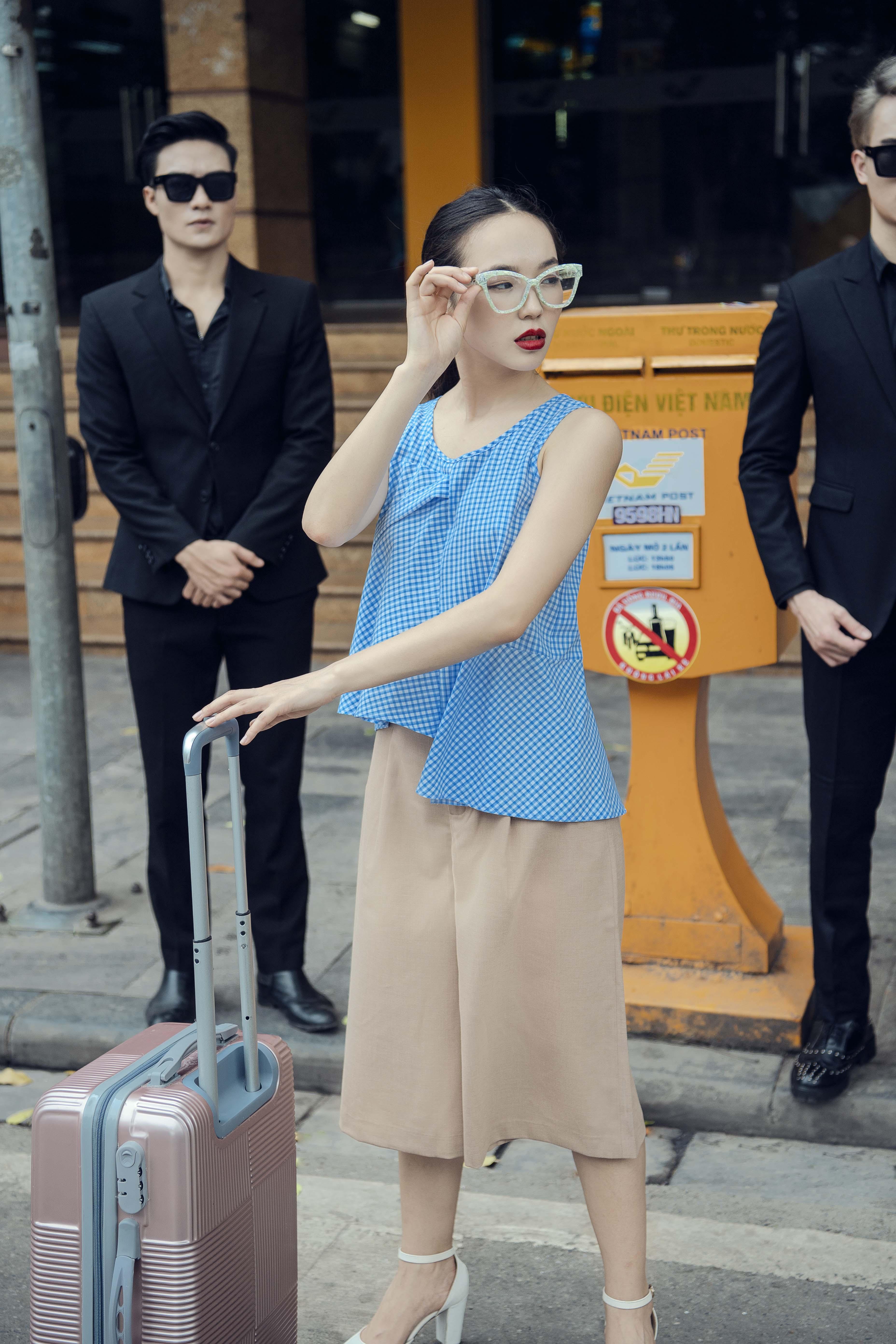 áo cộc tay màu xanh và quần ống rộng