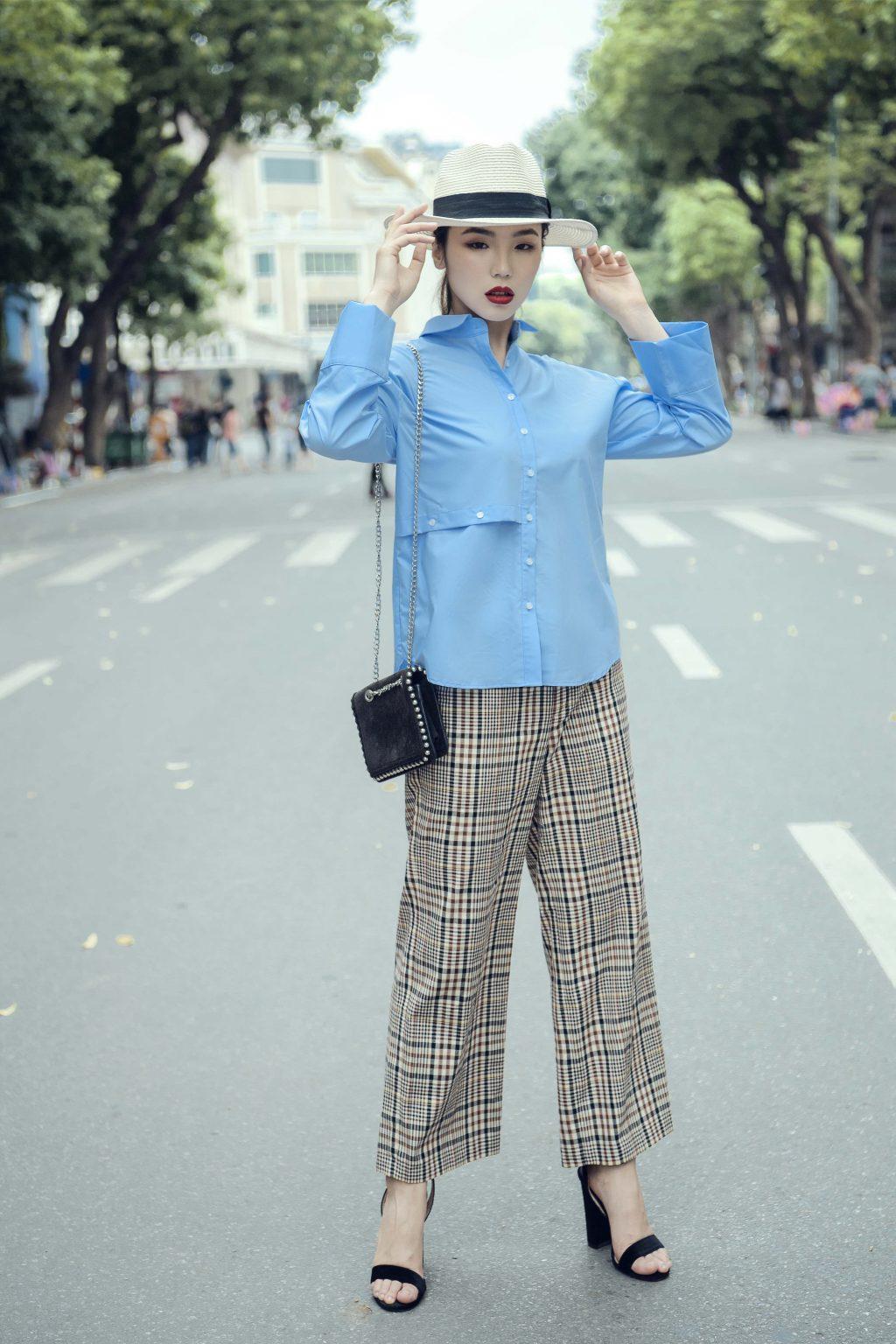 áo sơ mi màu xanh và quần công sở kẻ ô