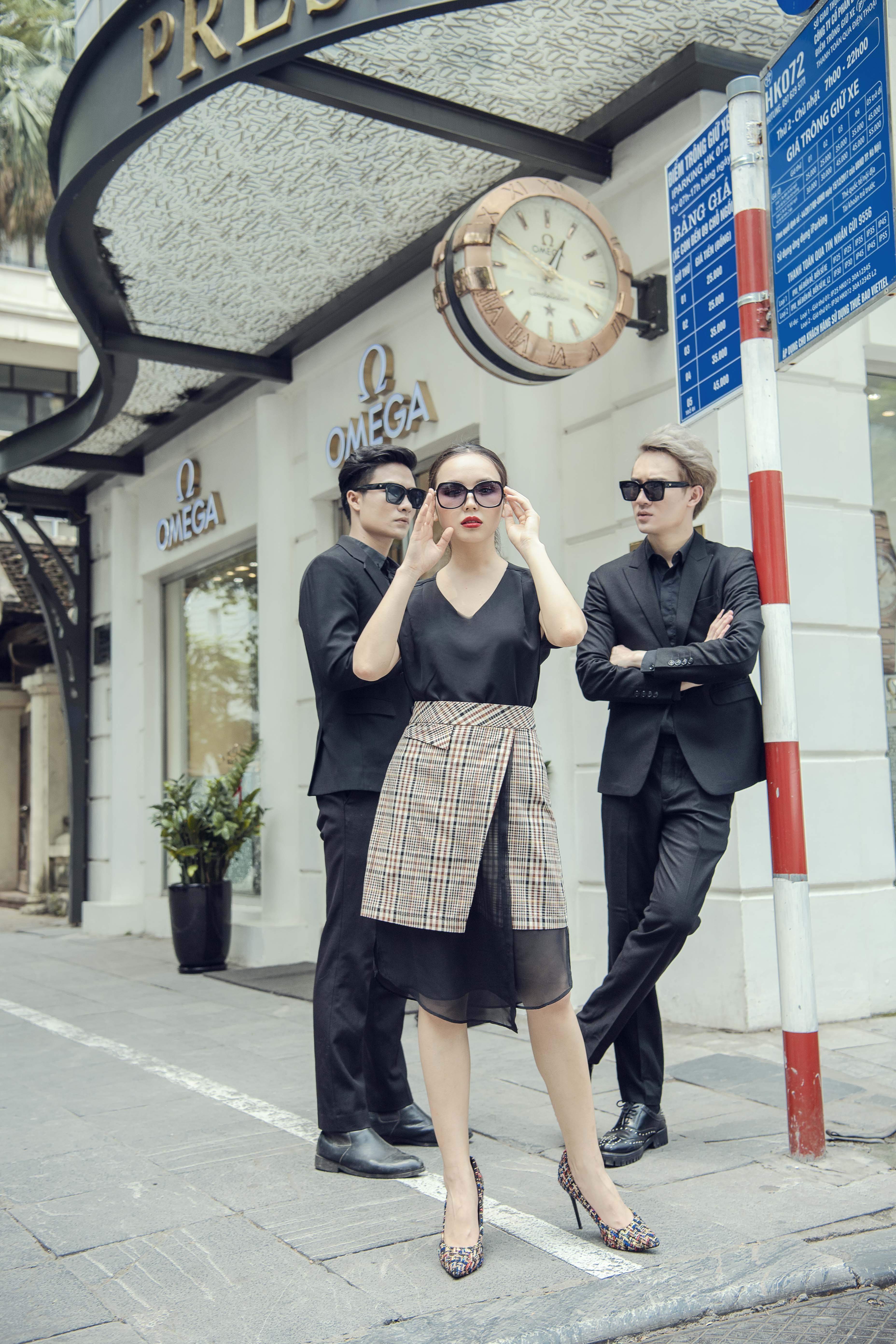 chân váy kẻ ô lót voan và áo thun đen