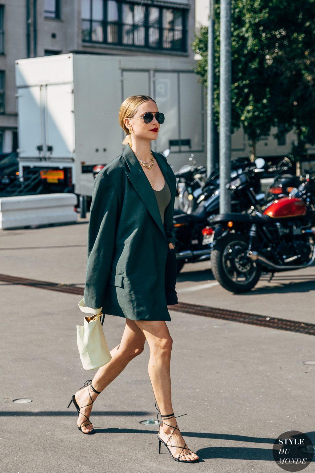 thời trang cung cự giải áo blazer màu xanh lá đậm túi xách bucket màu trắng