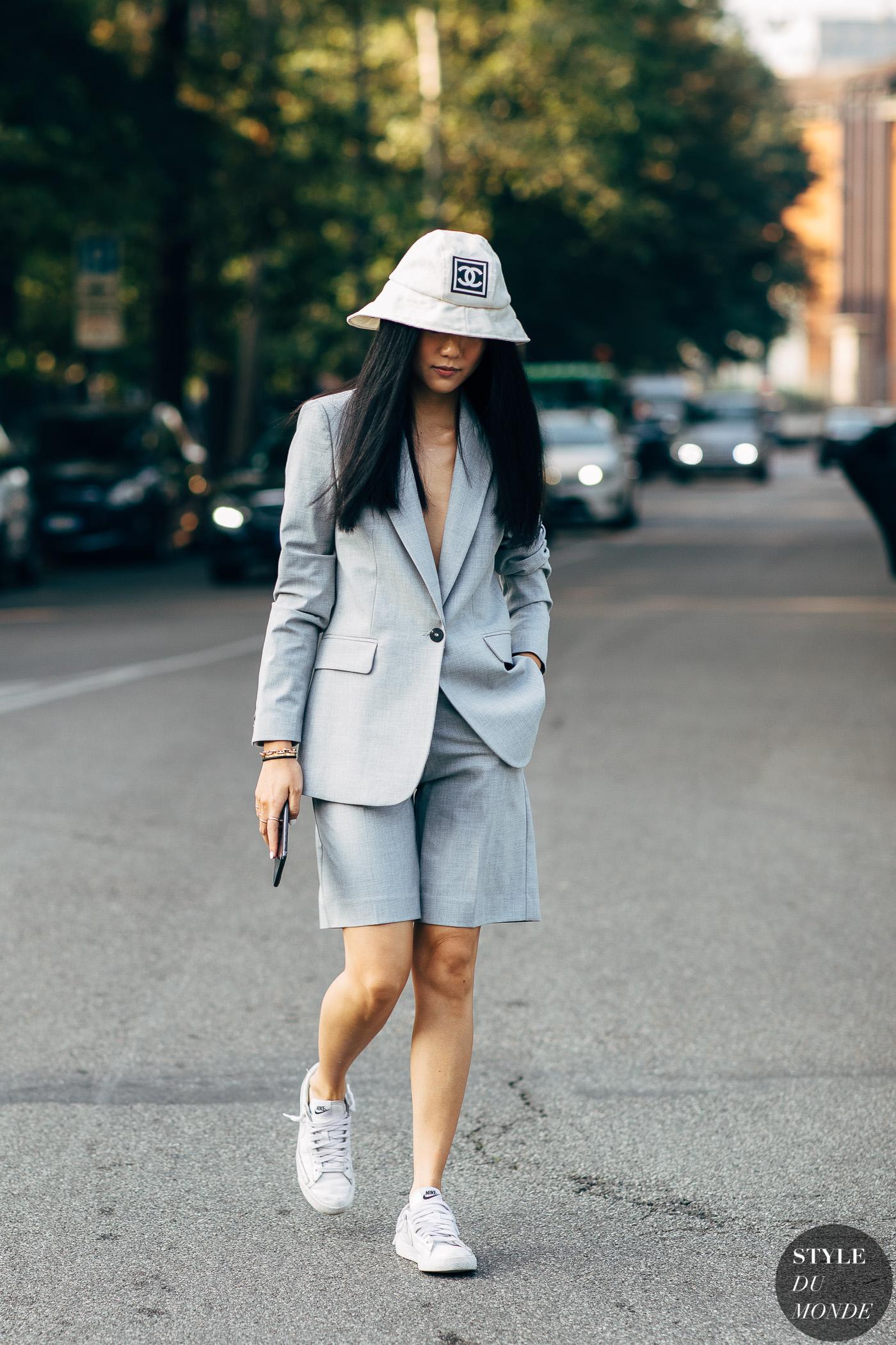thời trang cung cự giải áo blazer và quần short màu xám nón bucket trắng