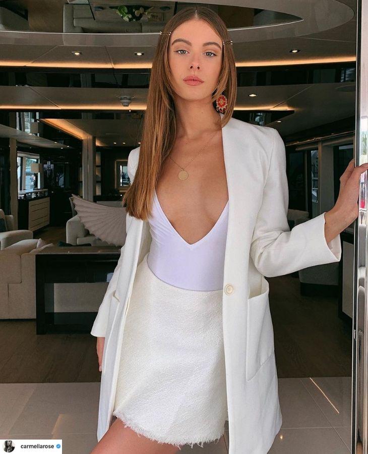 thời trang cung cự giải áo cổ chữ v xẻ sâu áo khoác blazer trắng chân váy trắng