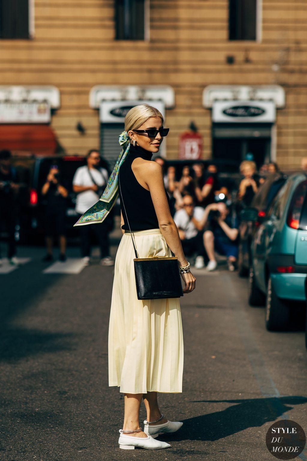 thời trang cung cự giải áo cổ lọ màu đen chân váy màu kem giày màu trắng