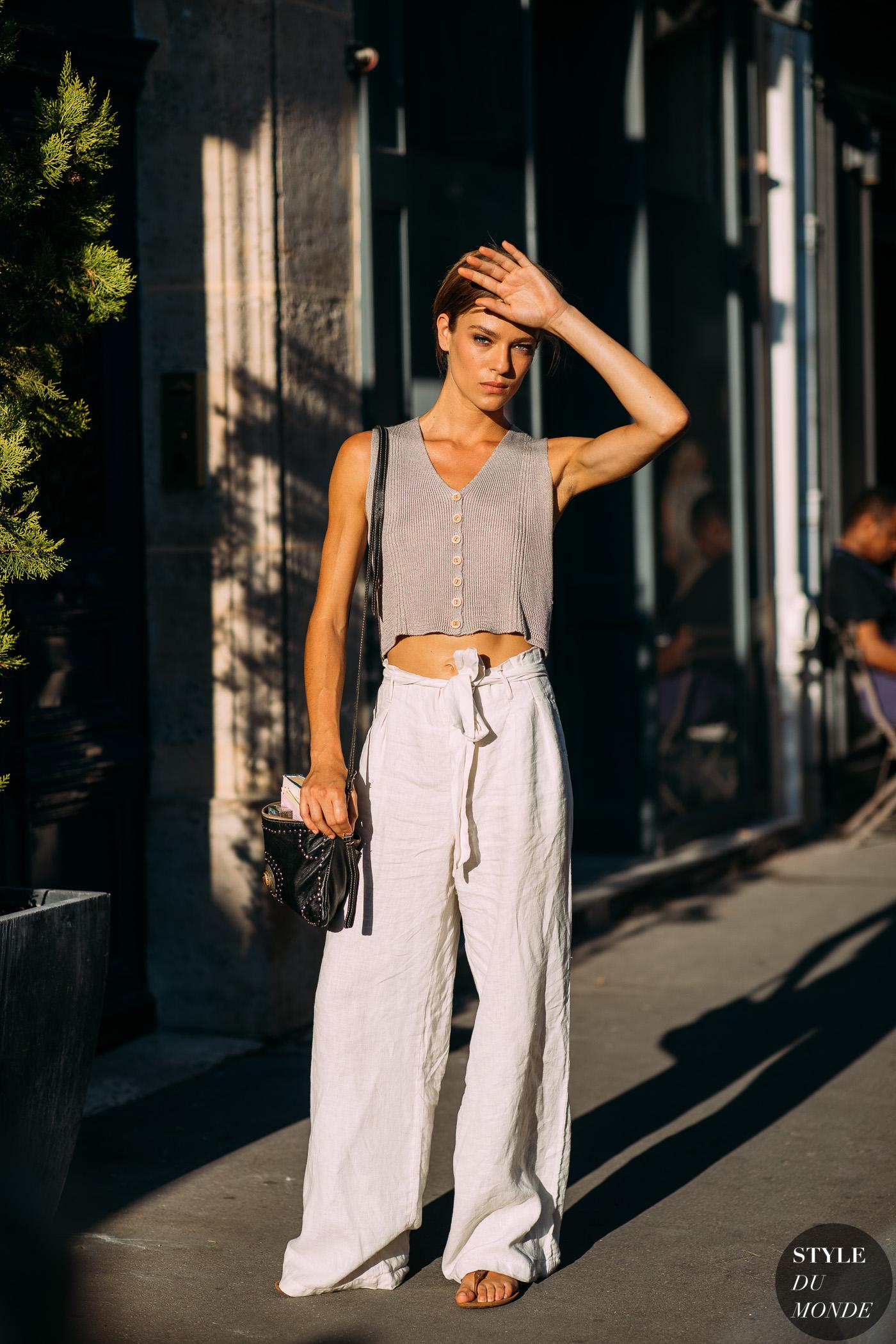 thời trang cung cự giải áo croptop len màu xám quần linen ống rộng màu trắng