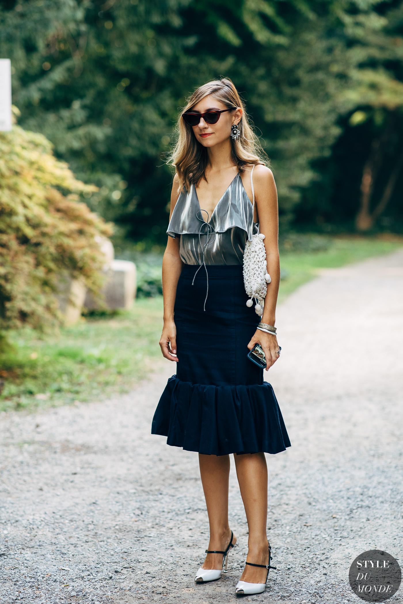 thời trang cung cự giải áo hai dây màu bạc chân váy đuôi cá màu xanh dương đậm