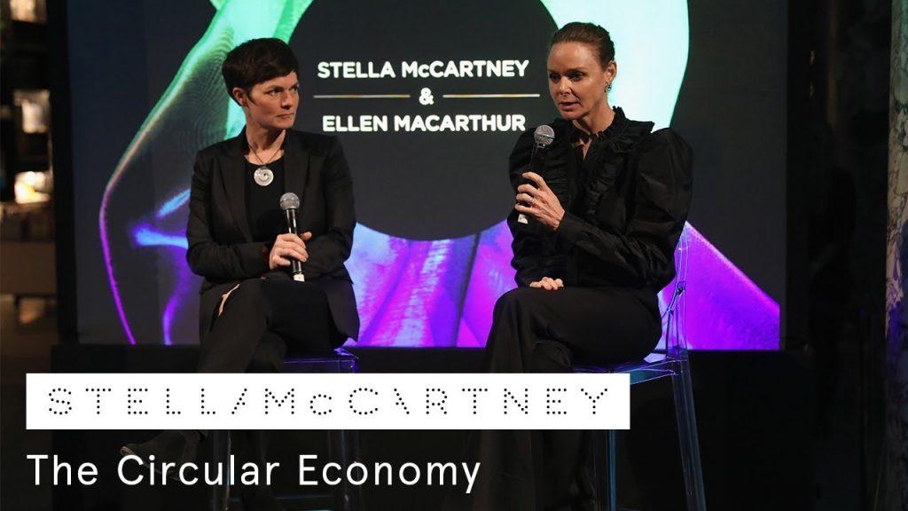 Ellen MacArthur và Stella McCartney mặc đồ màu đen và cầm micro