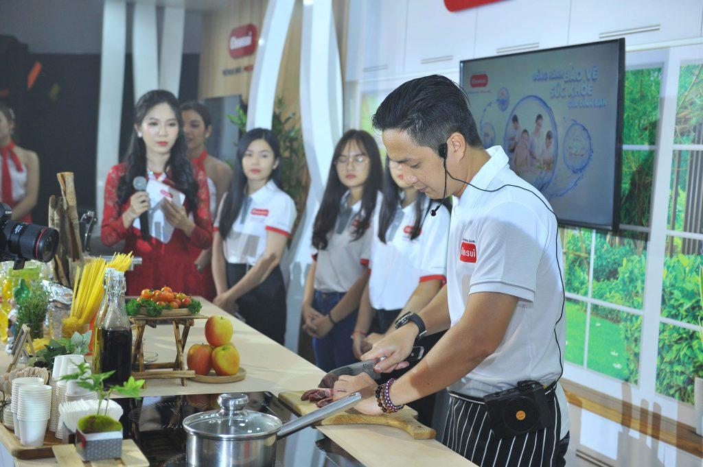 Master Chef Thanh Cường trổ tài nấu ăn tại quầy trải nghiệm sản phẩm dành cho khu vực bếp.