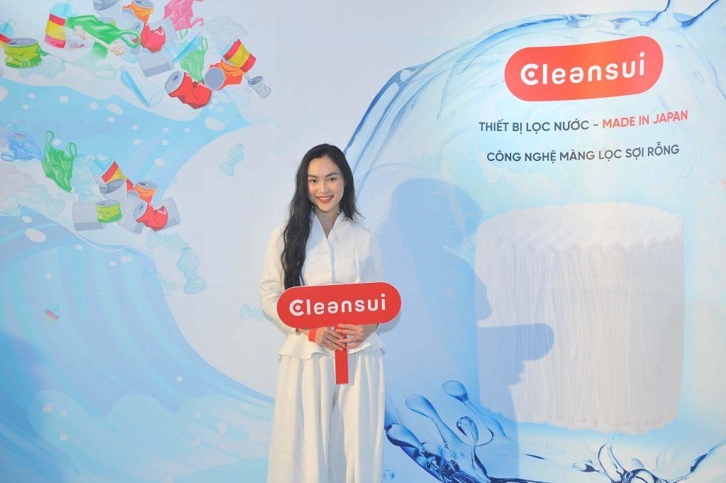 Helly Tống chia sẻ, cô sử dụng rất nhiều nước lọc để chăm sóc và bảo vệ sức khoẻ và làn da của mình.