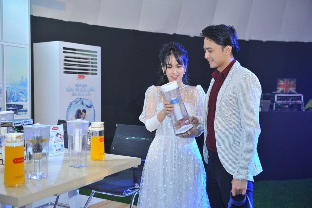 Vợ chồng diễn viên Tú Vi – Văn Anh chăm chú tìm hiểu thiết bị lọc nước cầm tay Mitsubishi Cleansui.