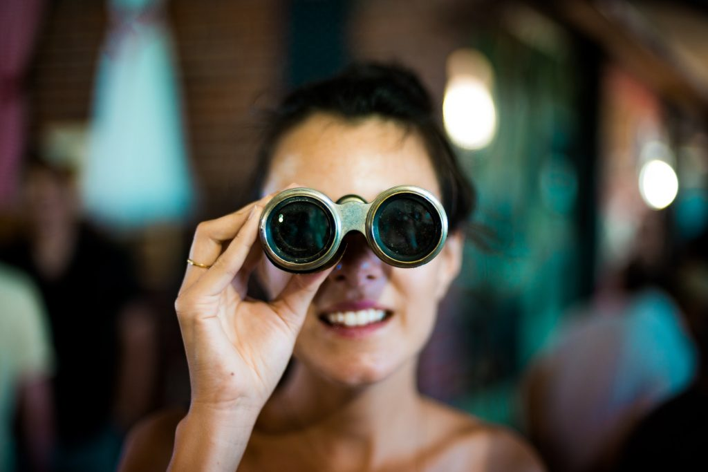 cô gái nhìn vào ống nhòm