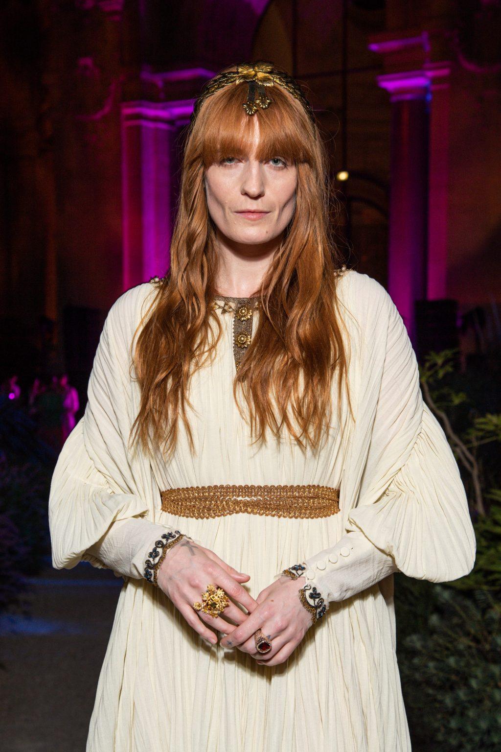 Đại sứ thương hiệu Gucci mặc váy dài màu trắng ngà và đeo trang sức cao cấp