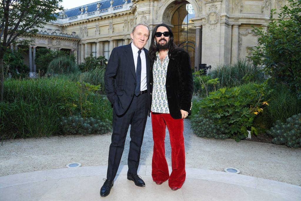 Giám đốc sáng tạo Gucci đeo kính mắt đen chụp hình cùng CEO Kering mặc âu phục