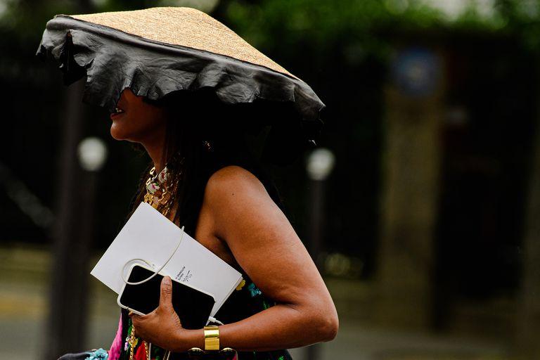 Mũ độc lạ street style paris haute couture