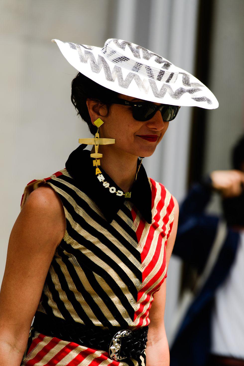 """phụ kiện """"độc lạ"""" Mũ moschino street style haute couture 2019"""