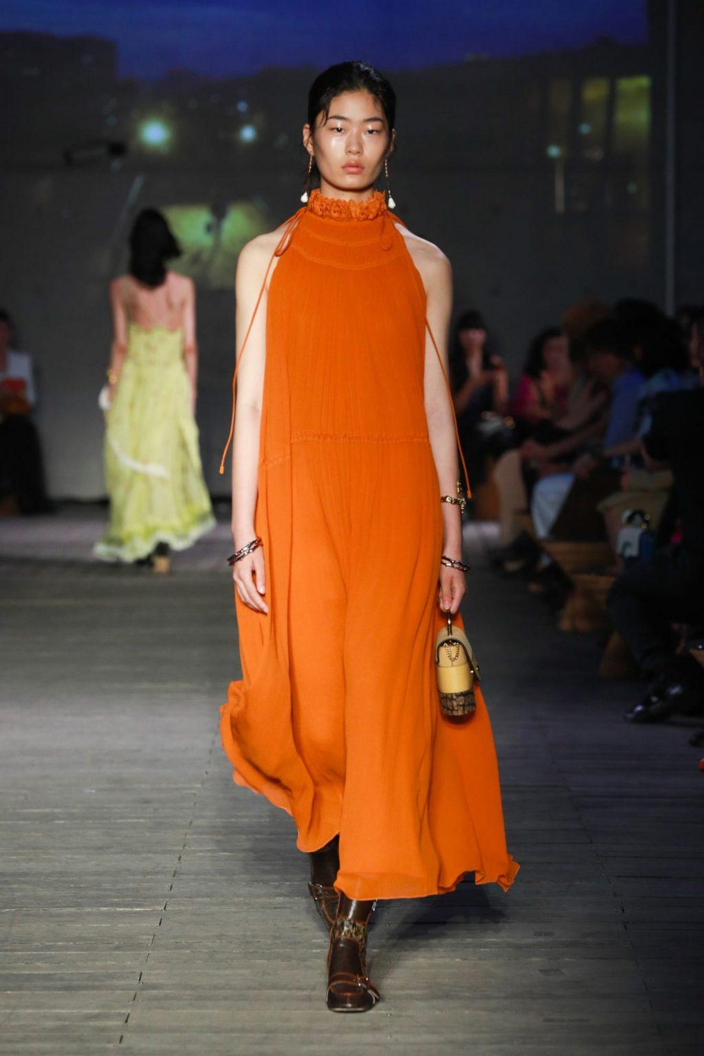 váy cổ lọ không tay màu cam trong bst chloé cruise 2020