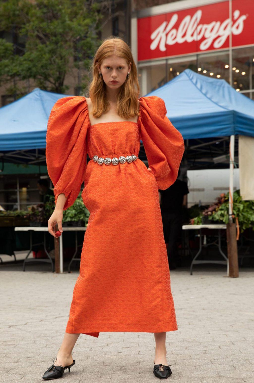 váy màu cam tay phồng thắt lưng kim loại trong bst rosie assoulin cruise 2020