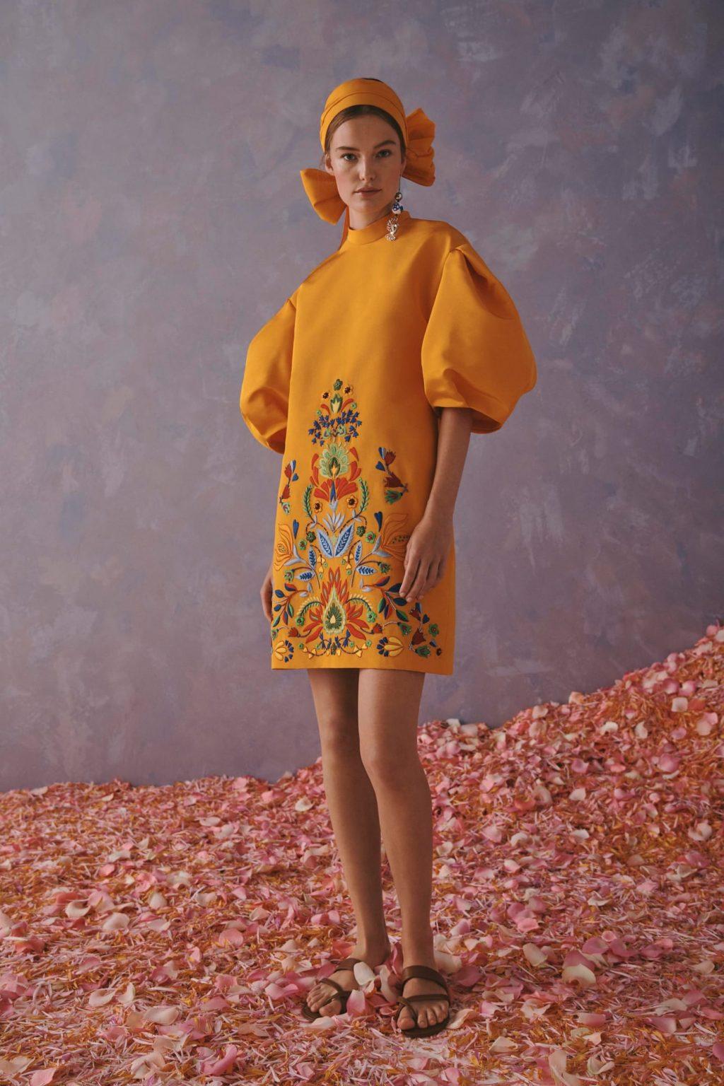 váy màu cam tay phồng thêu hoa trong bst carolina herrera cruise 2020