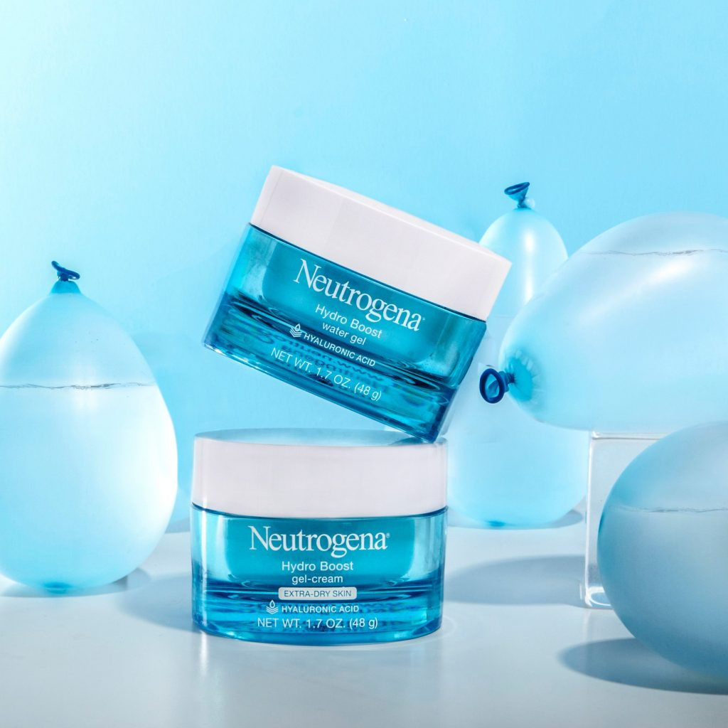 Dùng Neutrogena Hydro Boost Water Gel trước khi trang điểm giúp lớp makeup được căng bóng và tự nhiên hơn.