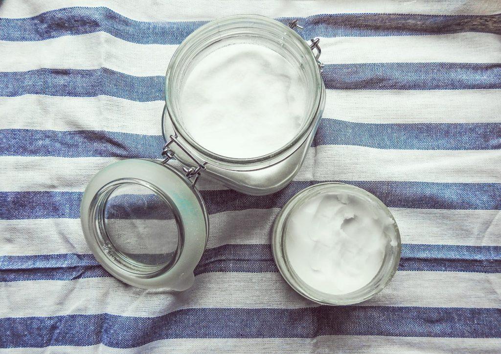Dầu dừa nguyên chất là một trong những nguyên liệu phổ biến trong điều chế mỹ phẩm dưỡng da. Ảnh: Pexels.