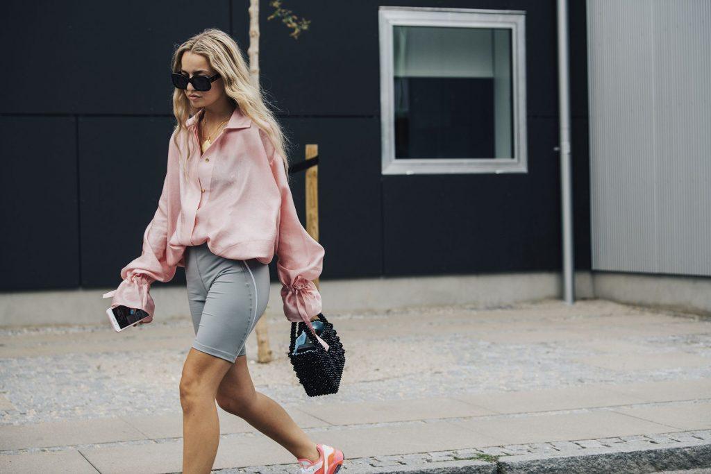 sơmi lụa hồng millennial quần shorts đạp xe dad sneakers