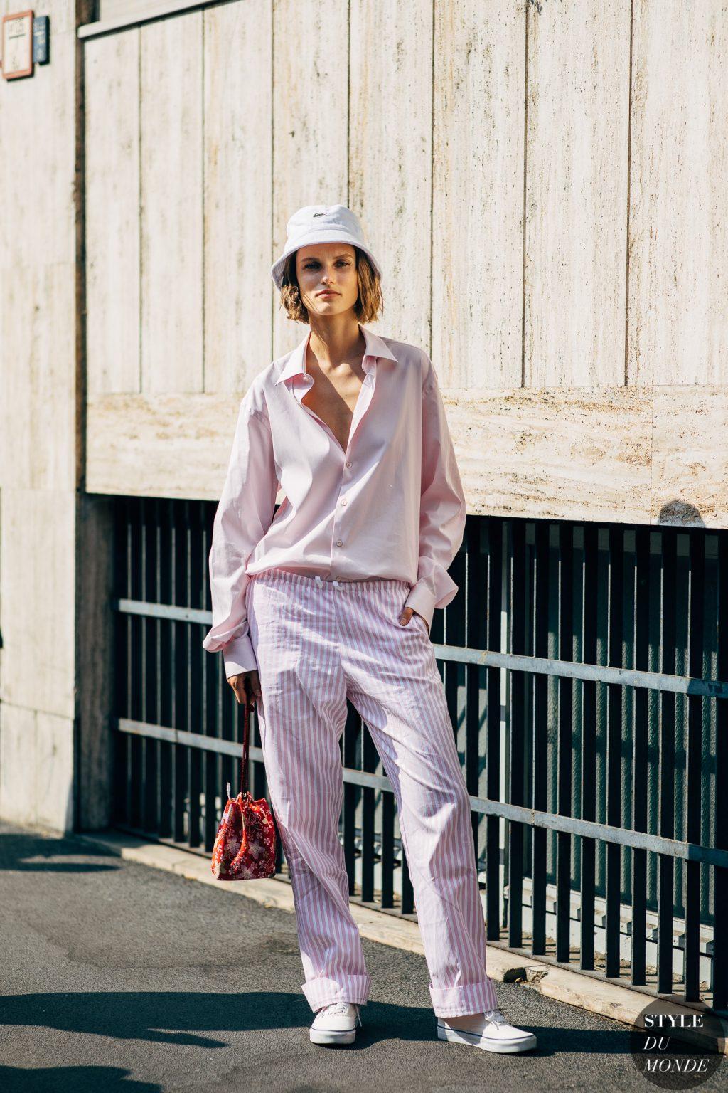 sơmi lụa hồng quần pyjama hồng sneakers mũ xô