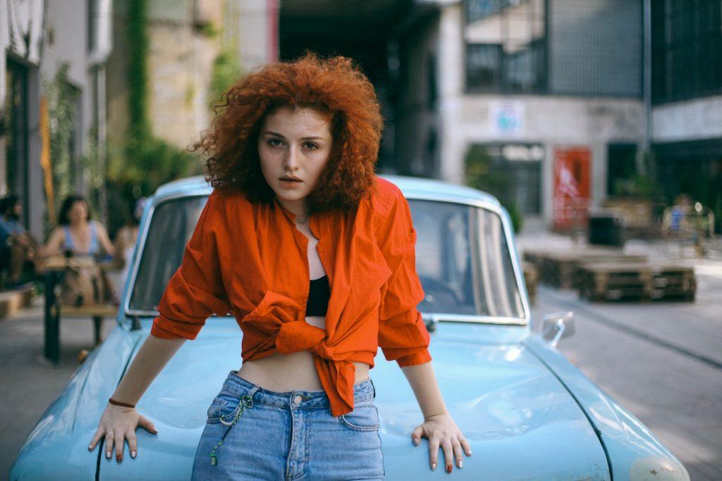 cô gái tóc cam dầu gội cho tóc nhuộm